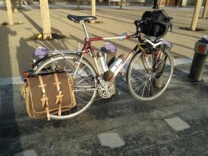 Guylène, randonneuse atypique dans Mes vélos guylene-sacoches-vintage-300x225